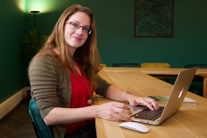 Linda Veerman achter haar laptop