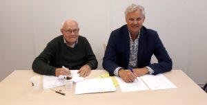 Theo Verrips (Orthos) en Jan Ras, voorzitter van RZI ondertekenen de lening voor Orthos