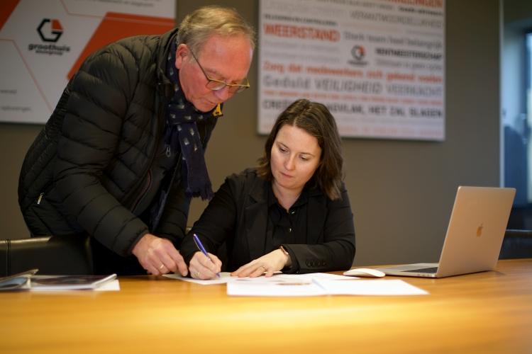 Claudi Groothuis en haar vader bespreken een document