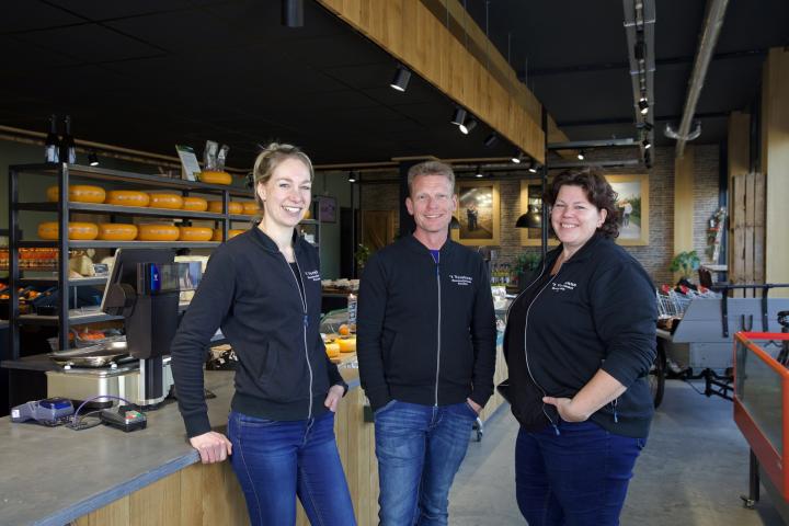 Joyce Lamers, Johan van Rijn en Geke Schoonvelde bij de toonbank in de boerderijwinkel