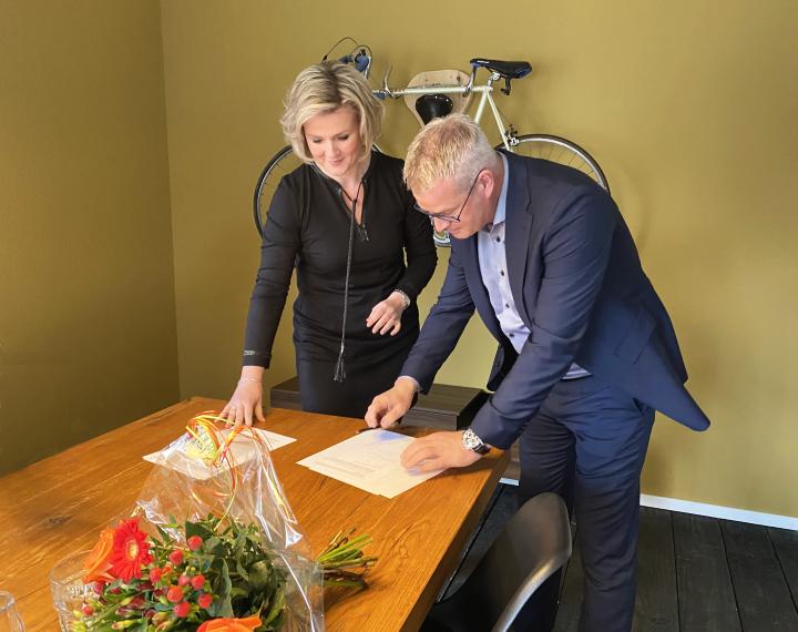 Netty Wakker en Dick Vos ondertekenen de samenwerkingsovereenkomst tussen Kennispoort en Veldhuis Advies