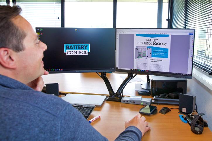 Nick Akkerman van Battery Control laat op zijn computer een brochure zien van de Battery Control Locker